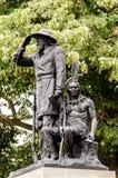 Banbrytande staty för soldatIndian Guide brons framme av Des Moine Arkivbild