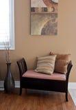 Banc à la maison de décor avec des coussins image libre de droits