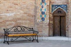 Banc à la porte du mausolée Guri Amir à Samarkand, Ouzbékistan Image libre de droits
