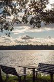 Banc au rivage de lac Images stock
