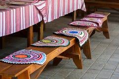 Banc avec des couvertures prêtes pour le dîner Photos stock
