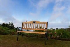 Banc avec des nuages et des montagnes de vue Image libre de droits