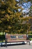 Banc avec l'inscription Erevan en parc En 2012, dans presque tous les secteurs étaient les bancs sur lesquels Arme Photos stock