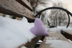 Banc avec le coeur en parc d'hiver Carte de jour de Valentines Concept d'amour Photographie stock