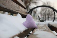 Banc avec le coeur en parc d'hiver Carte de jour de Valentines Idée d'amour Image libre de droits