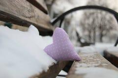 Banc avec le coeur en parc d'hiver Carte de jour de Valentines Idée d'hiver d'amour Photo stock