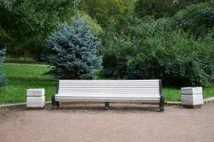Banc blanc en parc de victoire petersburg photos libres de droits