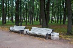 Banc blanc en parc de victoire petersburg photo stock