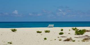 Banc blanc par l'océan Photographie stock