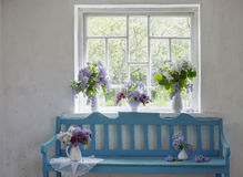 Banc bleu avec le lilas photographie stock