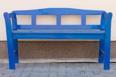Banc bleu devant une maison Photo libre de droits