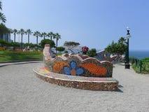 Banc carrelé dans le secteur touristique de Miraflores de Lima Image libre de droits