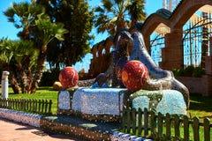 Banc carrelé en céramique dans le jardin d'Or de marina photos stock