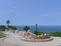 Banc carrelé et l'océan pacifique dans Miraflores Images libres de droits