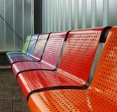 Banc coloré en métal à un arrêt de train de bus de tramway Image libre de droits