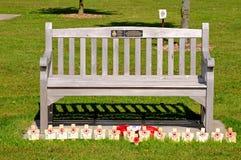 Banc commémoratif avec des pavots et des croix images stock