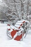 banc couvert de neige. photo stock