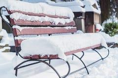 Banc couvert par neige Images libres de droits