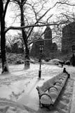 Banc couvert par neige dans le Central Park à New York Photos stock