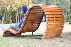 Banc d?coratif en bois confortable et beau Pour la relaxation et la r?cr?ation ext?rieur image stock