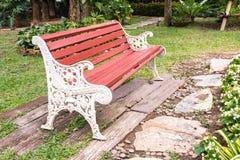 Banc d'antiquité en métal en parc photo stock