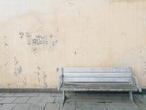 Banc d'isolement sur le vieux mur Images stock