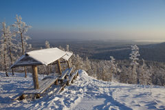 Banc dans la forêt d'hiver images libres de droits