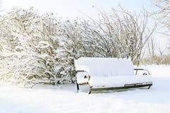 Banc dans la neige Photographie stock