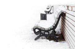 Banc dans la neige Photo stock