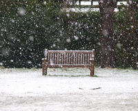 Banc dans la neige Photos libres de droits