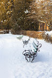 Banc dans la neige en parc Images libres de droits