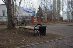 banc dans la ville au printemps du grayness de la Russie et photo libre de droits