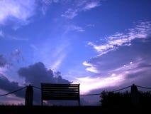 Banc dans le coucher du soleil Images libres de droits