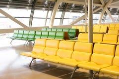 Banc dans le terminal de l'aéroport attente vide de terminal d'aéroport Photos stock
