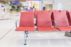 Banc dans le terminal de l'aéroport Terminal d'aéroport vide Photos libres de droits