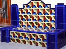 Banc de Cerammic dans des couleurs bleues, rouges, et blanches images stock