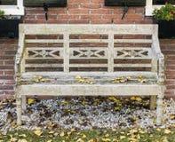 Banc de jardin avec des feuilles dans Giethoorn Photographie stock