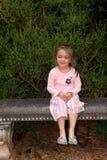 Banc de jardin avec la fille photographie stock
