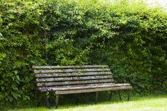 Banc de jardin dans le jardin reculé dans Cotswold Photographie stock