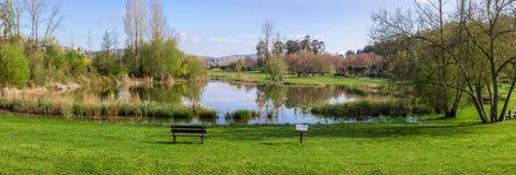 Banc de jardin donnant sur le lac ou l'étang du parc urbain de Parque DA Devesa en Vila Nova de Famalicao Images libres de droits