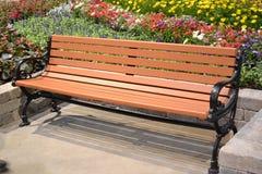 Banc de parc avec des fleurs Image stock