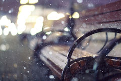 Banc de parc de neige de nuit Photo stock