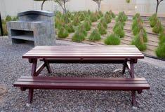 Banc de parc de pique-nique, gril extérieur, herbe conique Photographie stock libre de droits