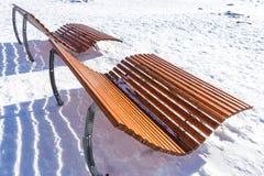 Banc de parc en bois vide en hiver Photographie stock