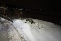 Banc de parc en hiver image stock
