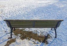 Banc de parc et beaucoup de neige Photographie stock
