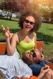 Banc de parc se reposant de couples romantiques ensemble Images libres de droits