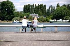 Banc de parc sur le Rhin photographie stock