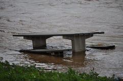 Banc de pique-nique en eaux d'inondation Images stock