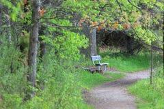 Banc de relaxation en parc photographie stock